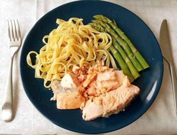 5 recetas fitness sin carne que te van a encantar pasta con salmon esparragos