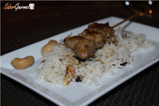 Brocheta de cordero con arroz basmati