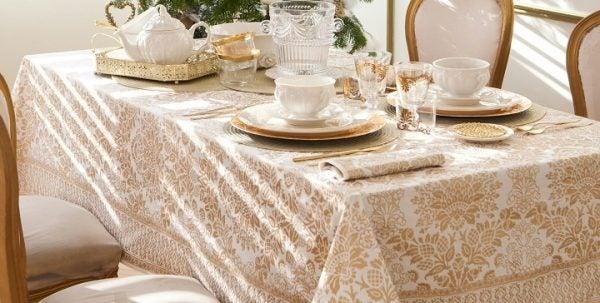 decoracion-mesa-navidad-mantel-dorado