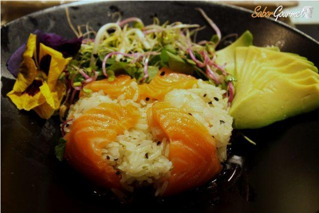 Ensalada de arroz thai con salmón, langostinos y aguacate