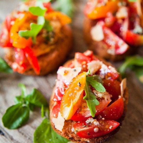 Aperitivo pan integral tomates