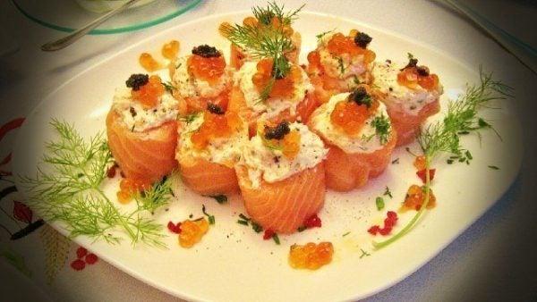 aperitivos-para-nochevieja-mini-rollitos-de-salmon-ahumado-rellenos
