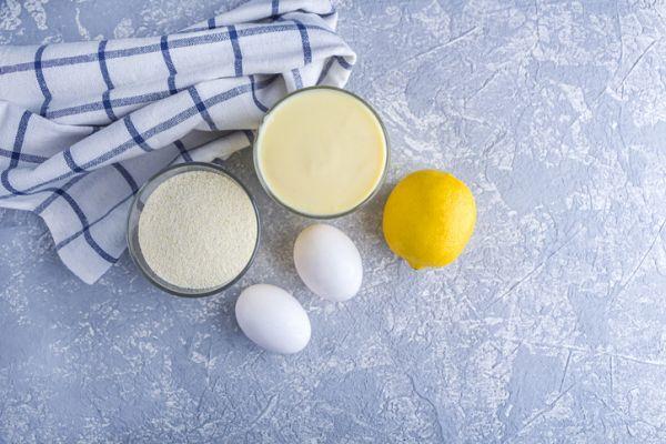 Huevos, limón e ingredientes para bizcocho