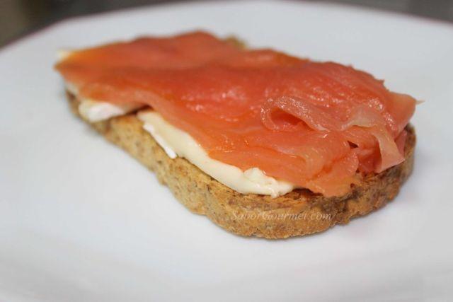 canape de salmón ahumado con queso brie