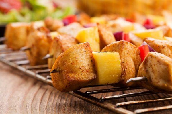 Como hacer brochetas.de pollo con piña y peperoni
