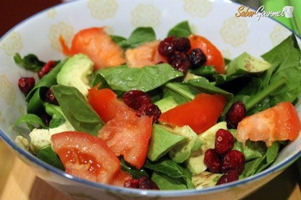 ensalada-espinacas-aguacate-tomate