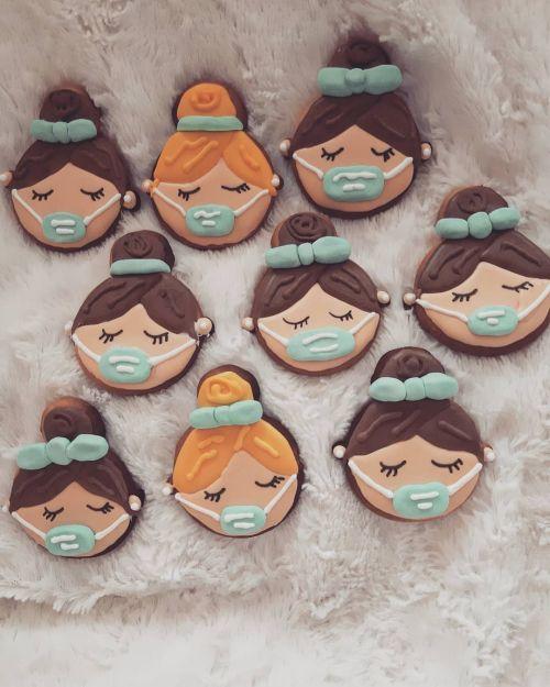Galletas de caras de niñas con mascarillas