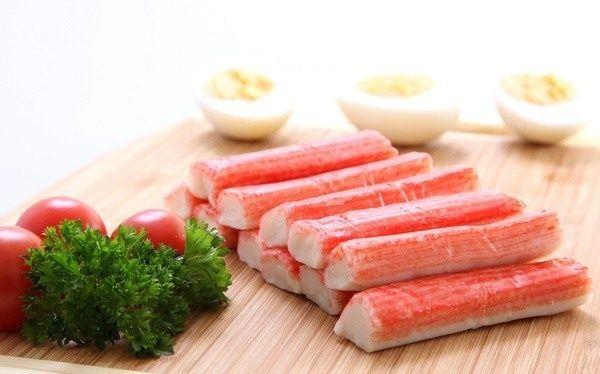 La ensalada agridulce con varitas de pescado