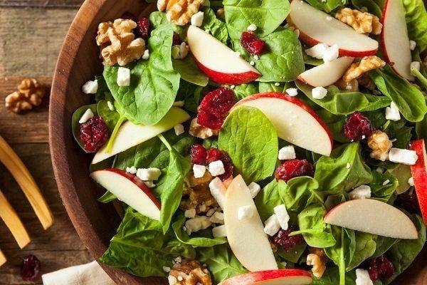 La ensalada de hortalizas y manzana