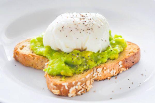 Las mejores recetas de desayunos fitness para perder grasa tostada huevo aguacate