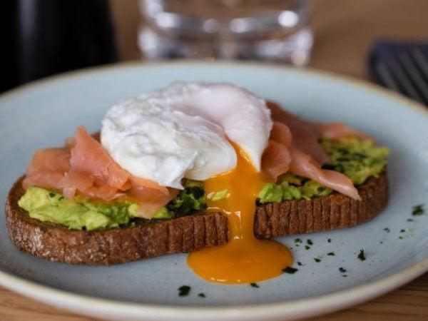 Las mejores recetas de desayunos fitness para perder grasa tostada huevo salmon aguacate