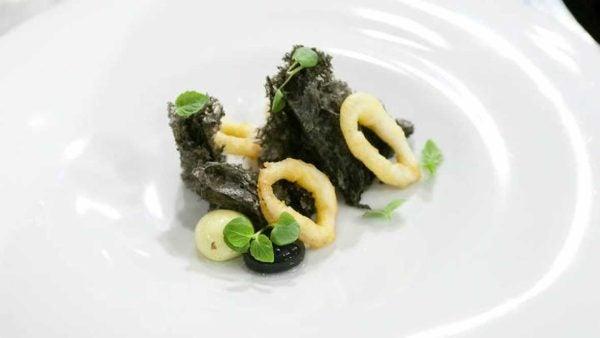 las-mejores-recetas-de-master-chef-PESCADOS-Y-MARISCOS-Bocadillo-de-calamares-con-pan-de-tinta