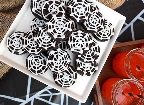 manualidades-halloween-telaranas-con-galletas-oreo