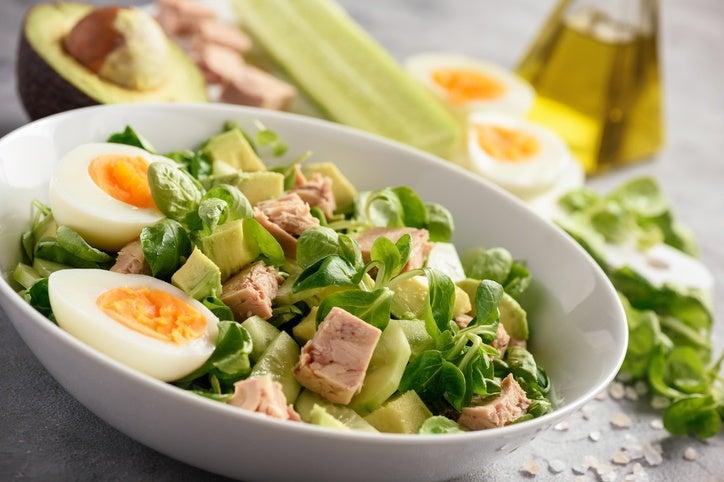 Mejores ensaladas para navidad ensalada aguacate atun y huevo