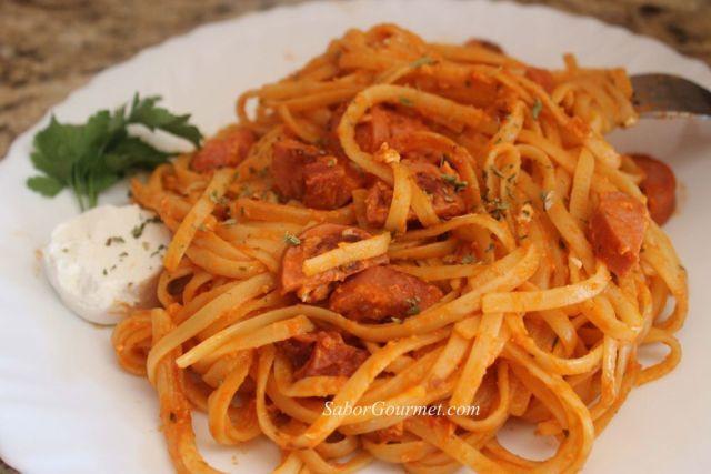 pasta con salsa de tomate y queso de cabra