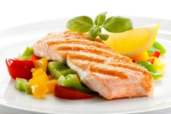 Pescado acompanado de verduras salteadas salmon
