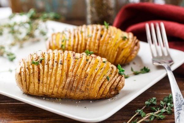 Primer plato para una cena con amigos patatas hasselback
