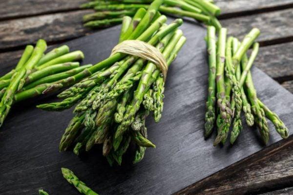 Que frutas y verduras comer en abril calendario de temporada esparragos