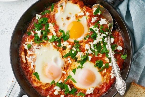 Recetas sin azucar ni carbohidratos para comer huevos escalfados salsa tomate