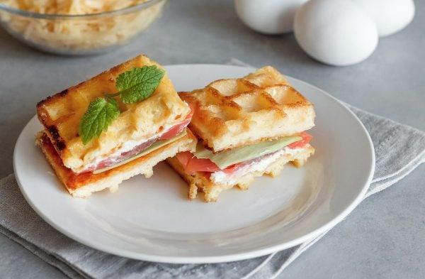 Recetas sin azucar ni carbohidratos para desayunar Chaffles con salmón