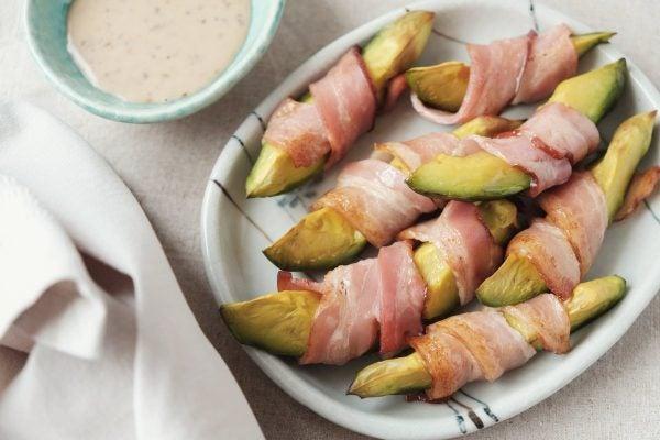 Recetas sin azucar ni carbohidratos para desayunar bastones aguacate bacon
