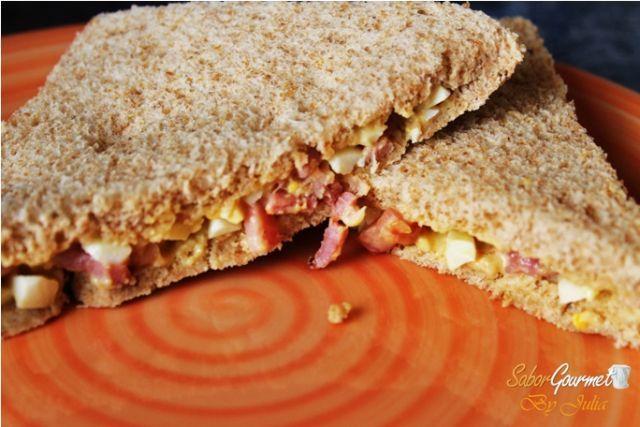 sandwich bacon y huevo rodilla