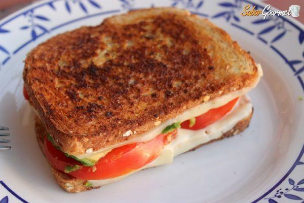 sandwich-queso-tomate-aguacate