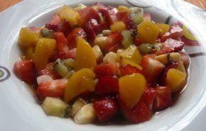 Postre de frutas caliente