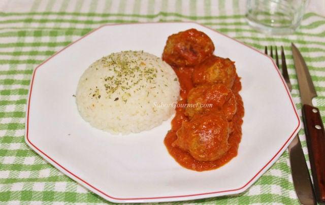 albondigas y tomate