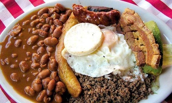 bandeja-paisa-colombiana-elaboración