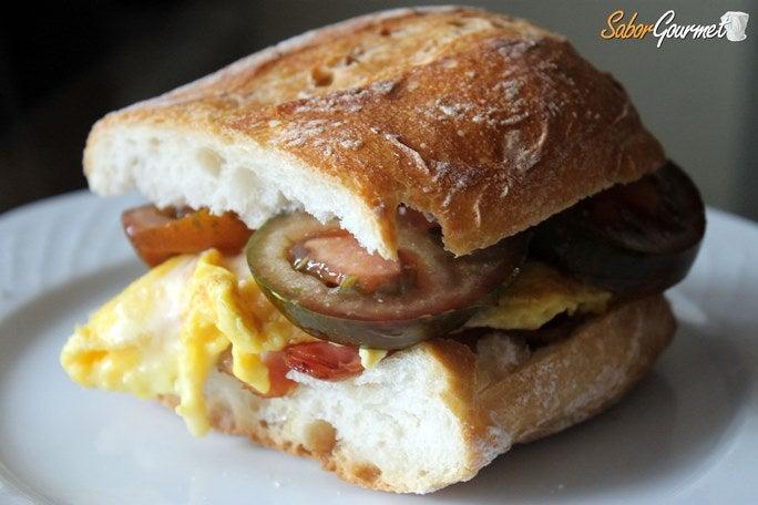 bocadillo-bacon-tortilla-tomate