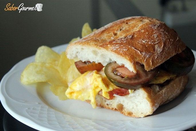 bocadillo-tortilla-bacon-tomate