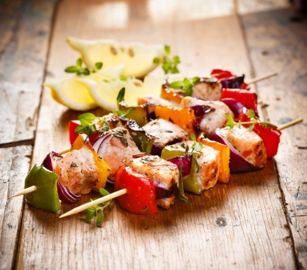 Brochetas pescado salmon verduras