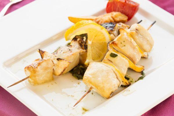 Brochetas pescado. pez espada limon