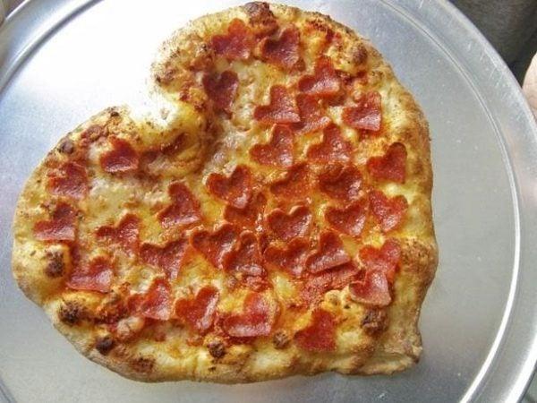 cena-romantica-san-valentin-2016-pizza-con-bacon-en-forma-de-corazon