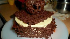 Cesta de chocolate con fresas y nata