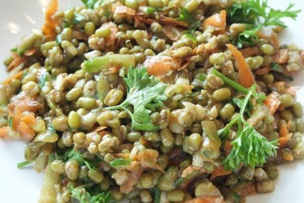 Ensalada de lentejas con verduras salteadas un poco crudas
