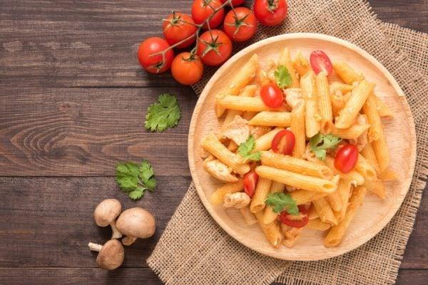 Hacer penne con salsa de pollo y tomate