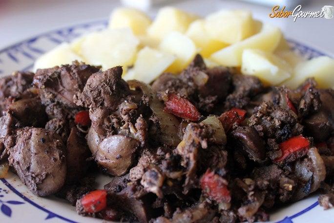 higados-encebollados-patatas