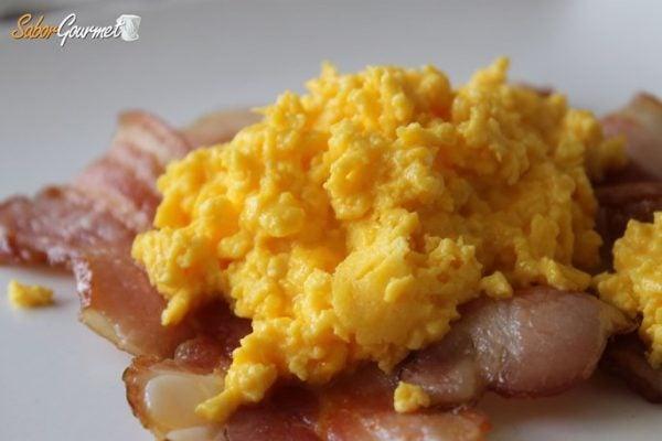 huevos-revueltos-bacon