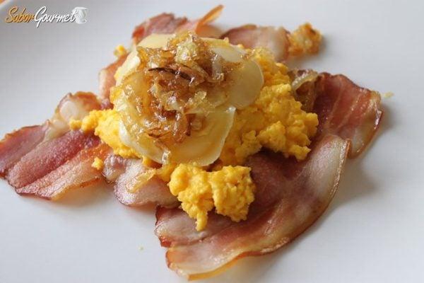 huevos-revueltos-bacon-queso