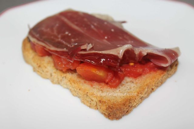 jamón serrano con tomate