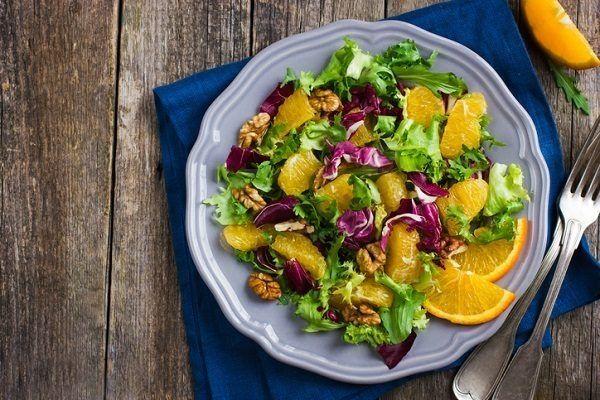 La ensalada de lechuga y naranja
