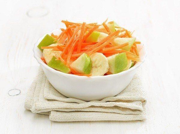 La ensalada de zanahoria y manzana
