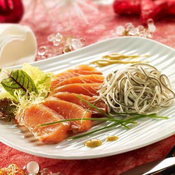 las-gulas-un-ingrediente-tipico-de-la-navidad-salmon-ahumado-con-gulas-al-ajillo-y-vinagreta-de-mostaza