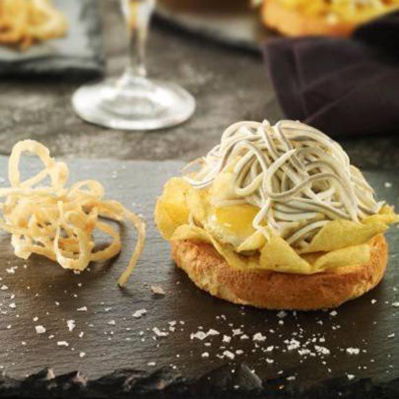 las-gulas-un-ingrediente-tipico-de-la-navidad-tostas-de-pan-con-gulas-y-huevos-de-codorniz