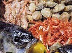 Brochetas de pescado, marisco y beicon