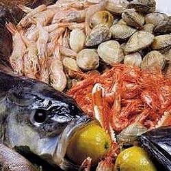 Brochetas de pescado y marisco