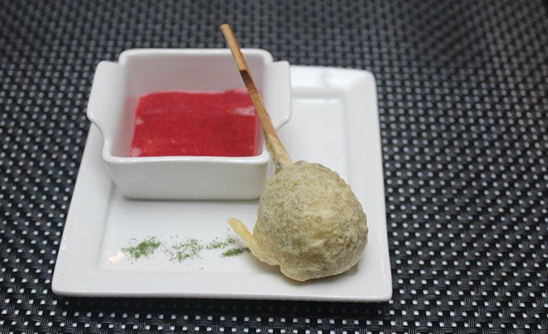 menú hilton aperitivo lollipop cabrales y coulis fresa