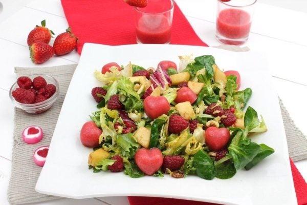 menu-san-valentin-2017-primer-plato-ensalada-corazones-fresa